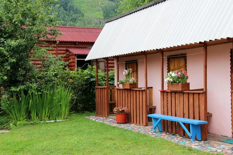 Прекрасное местоположение, вид на горы, ухоженная территория, чистота, оборудованная кухня, приветливые хозяева.